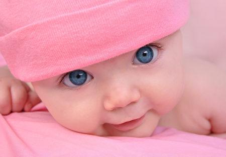 从这双清澈通透的大眼睛中,看到婴儿的纯真。(Fotolia)