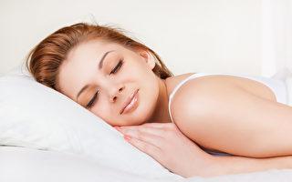 美國睡眠專家富勒(Patrick Fuller)提供7個幫助睡眠的方法。圖為一名在睡覺的女子。(Fotolia)