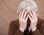 西班牙巴塞隆纳自治大学的研究表明,一些抗癌新药有使白发变黑发的副作用。图为一名有白头发的老人。(Fotolia)