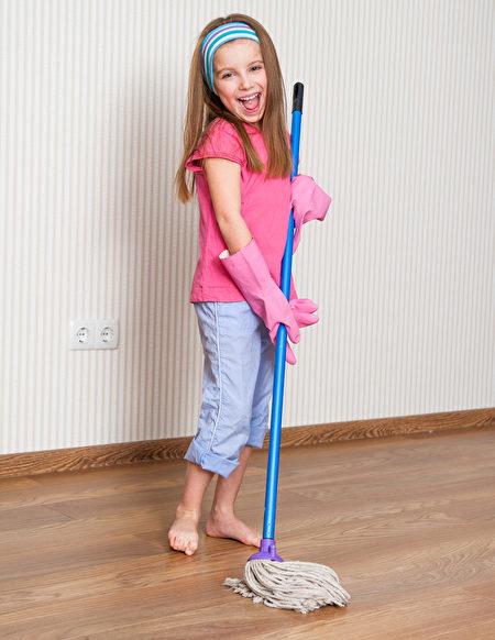 陰雨天拖地,用熱鹽水,地板可以快乾又滅菌。(fotolia)
