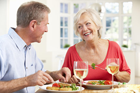 美国与捷克研究人员共同进行的研究发现,无论吃什么,进餐的时间和频率对体重的影响最大。图为一对夫妇在用餐。(Fotolia)