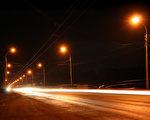 美国医学会的专家警告说,以LED灯作为路灯,可能危害人体健康。图为某公路上的路灯。(Fotolia)