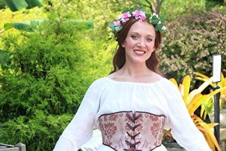 在希尔伍德庄园举办的法国文化节上,纽约巴洛克舞蹈队演员身着18世纪法国服饰。(周翰音/大纪元)