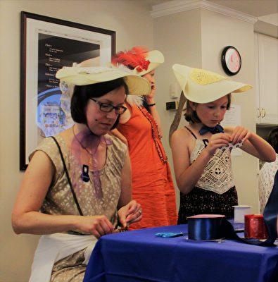 在手工帽子作坊,大家在學習製作各式各樣的法國帽子。(周翰音/大紀元)
