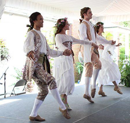 纽约巴洛克舞蹈队在表演由法国作曲家菲利普·拉莫(Philippe Rameau)创作的《幸福的圣殿》(The Temple of Happiness)。(周翰音/大纪元)