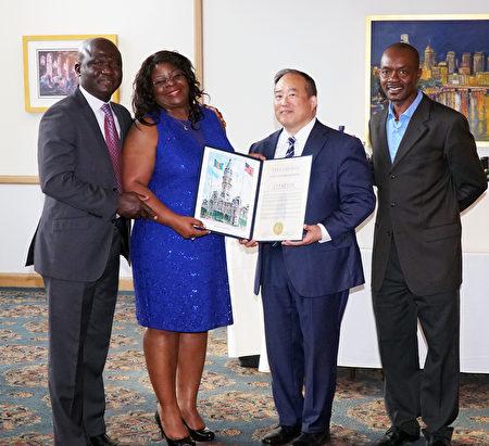 費城市議員David Oh褒獎Chioma Nwachukwuis在美國及國際上對公共健康護理方面的貢獻。左二起:獲獎者Chioma Nwachukwuis、費城市議員David Oh和FunTimes雜誌出版商Eric Nzeribe (肖捷/大紀元)