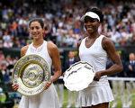继去年法网击败小威夺冠后,穆古鲁扎(左)本届温网以7-5/6-0战胜大威(右),获得个人第二个大满贯冠军。 (Shaun Botterill/Getty Images)