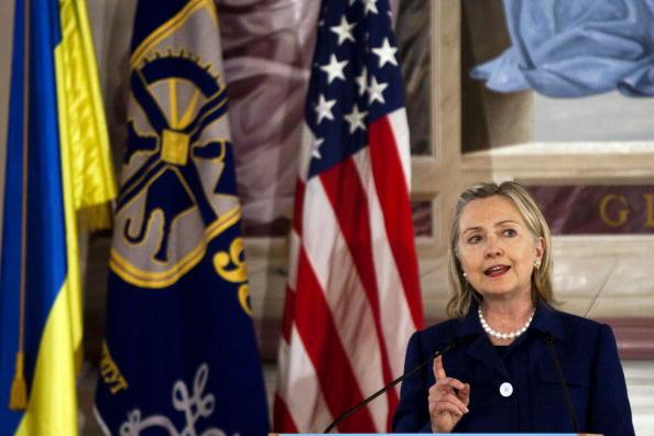 7月12日,某骇客组织称有电邮证明乌克兰钢铁大亨基金会援助克林顿基金会,希望克林顿表达支持乌克兰。图为2010年希拉里作为美国务卿访乌克兰。(Drew Angerer/AFP/Getty Images)