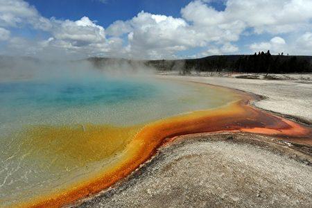 黄石公园的落日温泉。(MARK RALSTON/AFP/Getty Images)