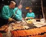 來德國旅遊,別忘了品嚐德國的香腸。圖為法蘭克福香腸。(Christopher Furlong/Getty Images)