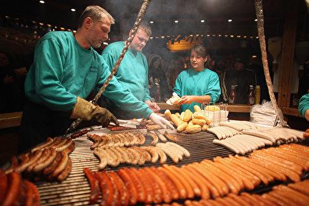 来德国旅游,别忘了品尝德国的香肠。图为法兰克福香肠。(Christopher Furlong/Getty Images)