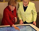 德国国会议员、前基民盟老党员斯泰因巴赫(右)公开支持选项党,9月4日将出席该党的竞选活动。图为2012年该议员跟总理默克尔一起出席活动。今年早些时候斯泰因巴赫高调退党。(WOLFGANG KUMM/AFP/Getty Images)