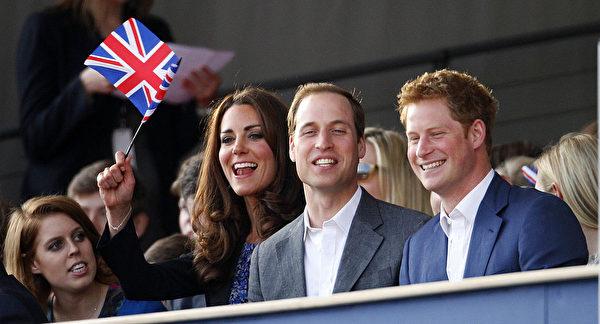 2012年6月4日,哈利王子與哥哥威廉王子、嫂嫂凱特王妃觀戰溫網比賽。(Dave Thompson - WPA Pool/Getty Images)