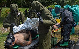 專家認為,獨裁者金正恩帶來的致命威脅並不限於核武,其手中或許還握有更致命的武器。圖為美軍模擬遭到生化武器攻擊的演習。(PORNCHAI KITTIWONGSAKUL/AFP/Getty Images)
