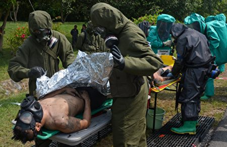 专家认为,独裁者金正恩带来的致命威胁并不限于核武,其手中或许还握有更致命的武器。图为美军模拟遭到生化武器攻击的演习。(PORNCHAI KITTIWONGSAKUL/AFP/Getty Images)