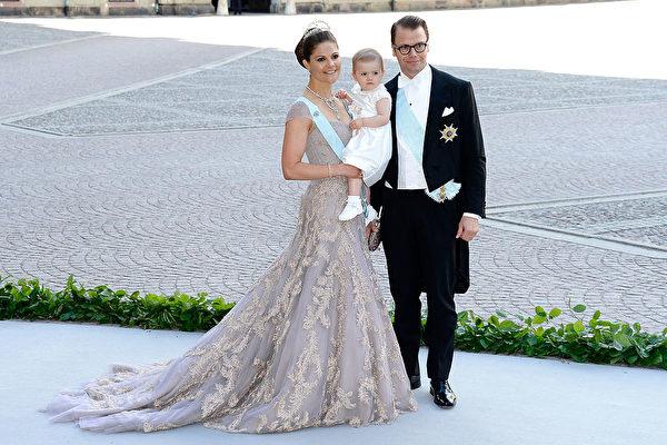 維多利亞公主、丹尼爾親王與長女2013年參加瑪德蓮公主的婚禮。(Pascal Le Segretain/Getty Images)