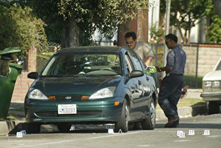 2003年9月14日,大小威廉姆斯的姐姐Yetunde Price在洛杉矶遭枪杀,警方检查枪手杀人时藏匿的汽车。(Frazer Harrison/Getty Images)