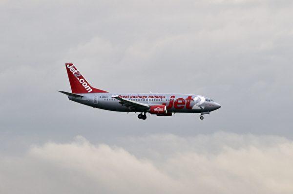 一家Jet2航班,從西班牙飛往英國途中高空直墜,最後迫降巴塞羅那。(PASCAL PAVANI/AFP/Getty Images)