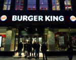 從今年8月起,位於德國的許多連鎖餐飲店給員工漲工資,包括麥當勞、肯德基、漢堡王等。圖為法蘭克福的一家漢堡王。(Thomas Lohnes/Getty Images)
