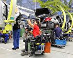 據報導,戴姆勒(奔馳)生產的100萬輛汽車涉嫌尾氣排放造假。圖為戴姆勒位於德國斯圖加特附近辛德爾芬根的工廠。(Thomas Niedermueller/Getty Images)
