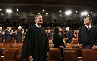 美国首席大法官罗伯茨(John Roberts)上月参加了儿子所在中学的毕业典礼,并发表毕业致词,引发网络广传。(Photo by Larry Downing-Pool/Getty Images)