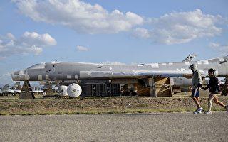 美國太平洋空軍司令部發表聲明說,兩架B-1B「槍騎兵」轟炸機在東海海域參加美日聯合演練後,飛越了南中國海上空。圖為B-1B轟炸機。(BRENDAN SMIALOWSKI/AFP/Getty Images)