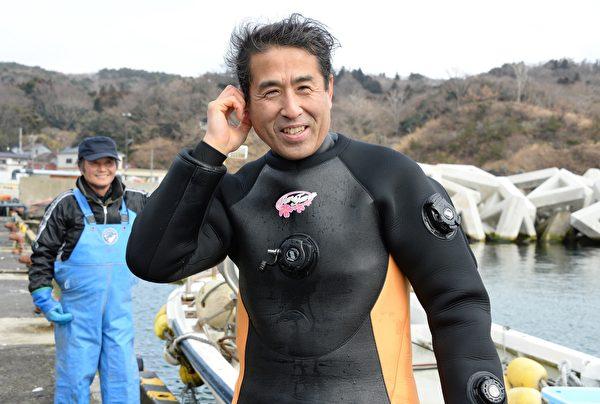 日本男子高松康夫与妻子洋子情投意合。图为2014年3月2日,57周岁的康夫下海寻找海啸中失踪的妻子。(TORU YAMANAKA/AFP/Getty Images)
