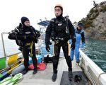妻子海啸中失踪,日本男子高松康夫不顾年龄,努力学习潜水,下海寻找妻子。(TORU YAMANAKA/AFP/Getty Images)
