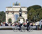 巴黎警察骑着自行车在卢浮宫前的广场上巡逻。(MIGUEL MEDINA/AFP/Getty Images)