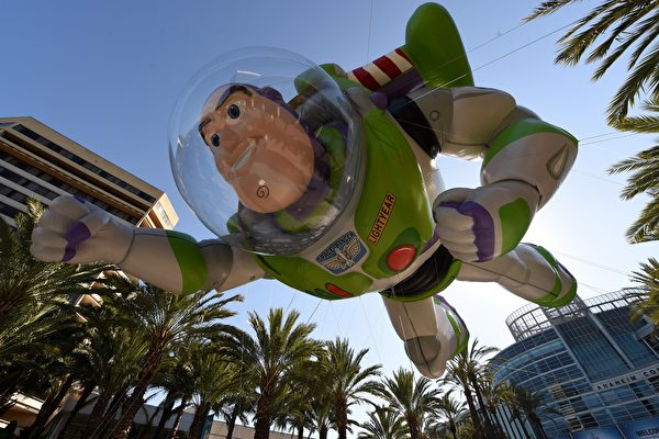 為了應對未來可能的星際大戰,美國國會考慮在2019年創建太空部隊,將「巴斯光年」士兵送進太空。(MARK RALSTON/AFP/Getty Images)