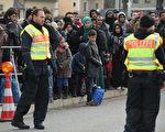 2015年難民潮爆發時,每天有幾百難民到達德國南部。圖為2015年10月難民在德國奧地利邊境等待去德國。(Sean Gallup/Getty Images)