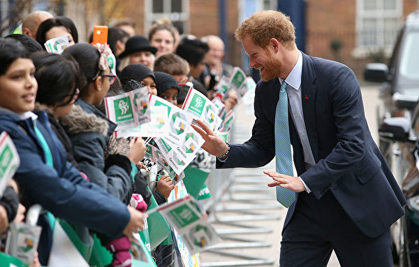 哈利王子2015年12月14日與民眾互動。(Chris Jackson/Getty Images)