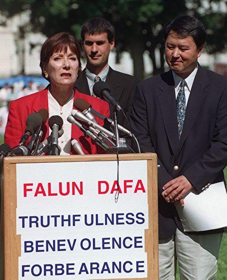 1999年7月29日,法轮功发言人Gail Rachlin(左)在国会前的新闻发布会上发言。(JOYCE NALTCHAYAN/AFP/Getty Images)