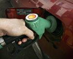 今年3至6月,汽车燃油价格持续下跌。(Peter Macdiarmid/Getty Images)