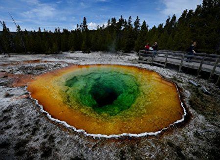 牵牛花池(Morning Glory Pool),也为温泉。 (MARK RALSTON/AFP/Getty Images)