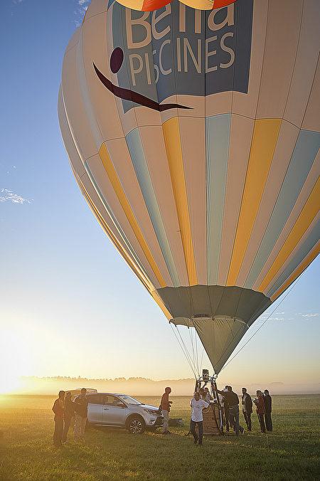汽車把熱氣球和吊籃運到起飛點。(GUILLAUME SOUVANT/AFP/Getty Images)