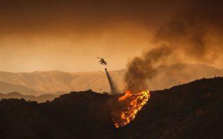 由于持续高温,美国加州14处山火继续延烧。图为2016年南加圣塔克雷利塔(Santa Clarita)山火。(DAVID MCNEW/AFP/Getty Images)