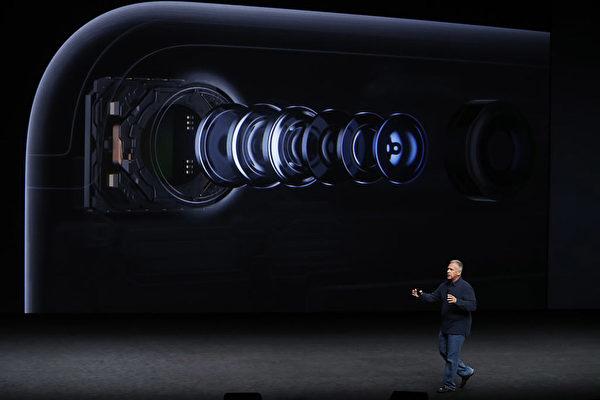 iPhone 8傳取消指紋辨識,改為面部掃瞄和虹膜辨識。圖為蘋果公司2016年9月7日發布iPhone 7時介紹手機鏡頭。(Stephen Lam/Getty Images)