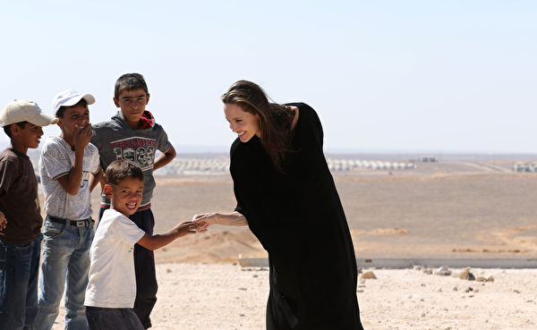 US actress and UNHCR special envoy Angelina Jolie talks to children during a visit to a Syrian refugee camp in Azraq in northern Jordan, on September 9, 2016. / AFP / Khalil MAZRAAWI (Photo credit should read KHALIL MAZRAAWI/AFP/Getty Images)