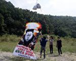 现居住在韩国的朝鲜脱北者于2016年9月15日在南韩的浦州准备宣传单,谴责朝鲜进行核试验。同时也谴责朝鲜政府侵犯人权。 (Chung Sung-Jun / Getty Images)