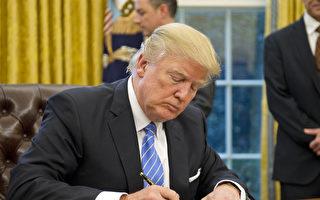美國夏威夷聯邦法官6日駁回該州政府之前提出的緊急動意。該動議要求繼續暫停執行川普(特朗普)政府對6個穆斯林國家的旅遊禁令。圖:1月23日川普在白宮簽署行政令。(Ron Sachs - Pool/Getty Images)