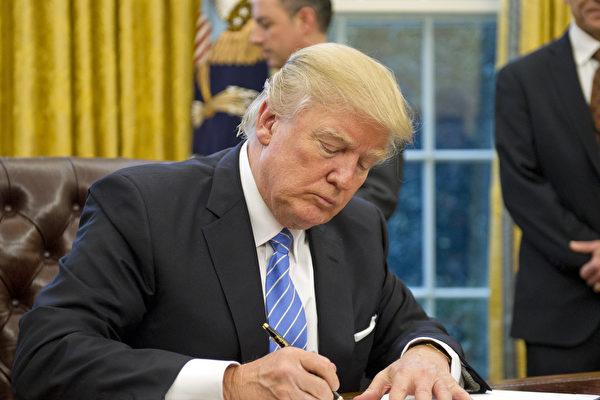 美国夏威夷联邦法官6日驳回该州政府之前提出的紧急动意。该动议要求继续暂停执行川普(特朗普)政府对6个穆斯林国家的旅游禁令。图:1月23日川普在白宫签署行政令。(Ron Sachs - Pool/Getty Images)