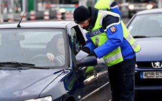法国警察在路上检查汽车的空气质量等级证明(Crit'Air)。(JEAN-PIERRE CLATOT/AFP/Getty Images)