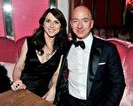 美国电商巨擘亚马逊创办人贝佐斯,拜股价暴涨之赐,周四挤下微软创办人盖茨,成为世界首富。图为贝佐斯和其夫人。(Jerod Harris/Getty Images)