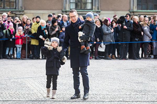 2017年3月12日,丹尼爾親王攜一雙兒女在斯德哥爾摩。(Michael Campanella/Getty Images)