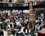 美國商務部週五(7月28日)公布數據,拜聯邦政府及消費者支出增加,今年第二季經濟強勁反彈。(Spencer Platt/Getty Images)