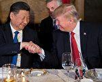 近期美方宣布对台军售以及制裁中国暗中私通朝鲜的银行、个人等行为,令外界担忧中美关系是否走冷,但专家说言之过早。图为四月,川普与习近平在私人庄园马阿拉哥首次会晤。 (JIM WATSON/AFP/Getty Images)