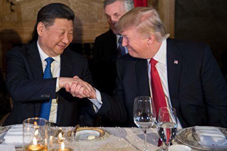 近期美方宣布對台軍售以及制裁中國暗中私通朝鮮的銀行、個人等行為,令外界擔憂中美關係是否走冷,但專家說言之過早。圖為四月,川普與習近平在私人莊園馬阿拉哥首次會晤。 (JIM WATSON/AFP/Getty Images)