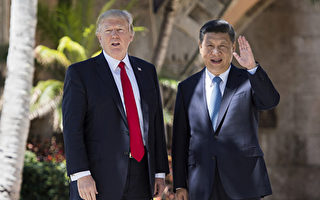 今年4月,美國總統川普和中國國家主席習近平在佛羅里達海湖莊園的會面,雙方同意實施經貿「百日計劃」,並在計劃結束後舉行全面經濟對話。 (JIM WATSON/AFP/Getty Images)