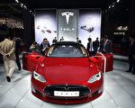 很多人认为电动车环保,但也有专家对此表示质疑。图为特斯拉Model S电动汽车。(JOHANNES EISELE/AFP/Getty Images)